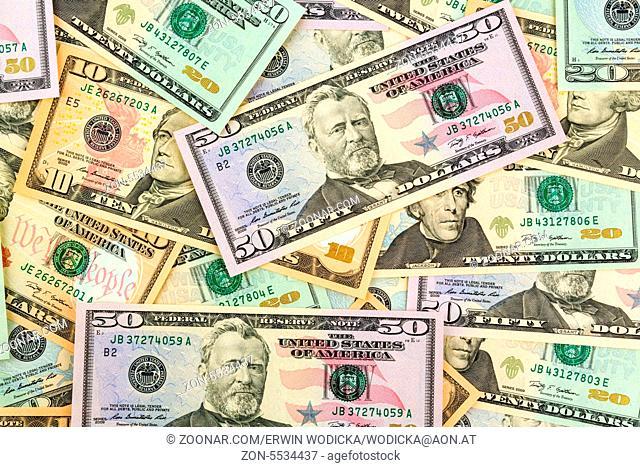 Viele amerikanische Dollar Geldscheine. Symbolfoto für Schulden und Reichtum