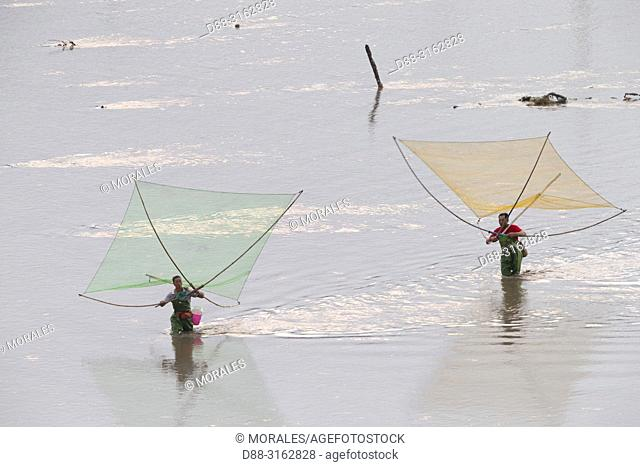 China, Fujiang Province, Xiapu County, Fishermen on foot, shrimp fishing with net
