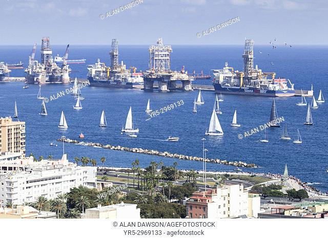 Las Palmas, Gran Canaria, Canary Islands, Spain. 19th November, 2017. Around 200 yachts sail out of Las Palmas marina at the start of the world`s largest...